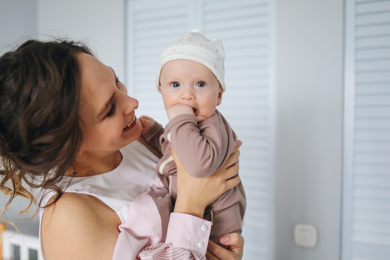 mãe a segurar bebê ao colo