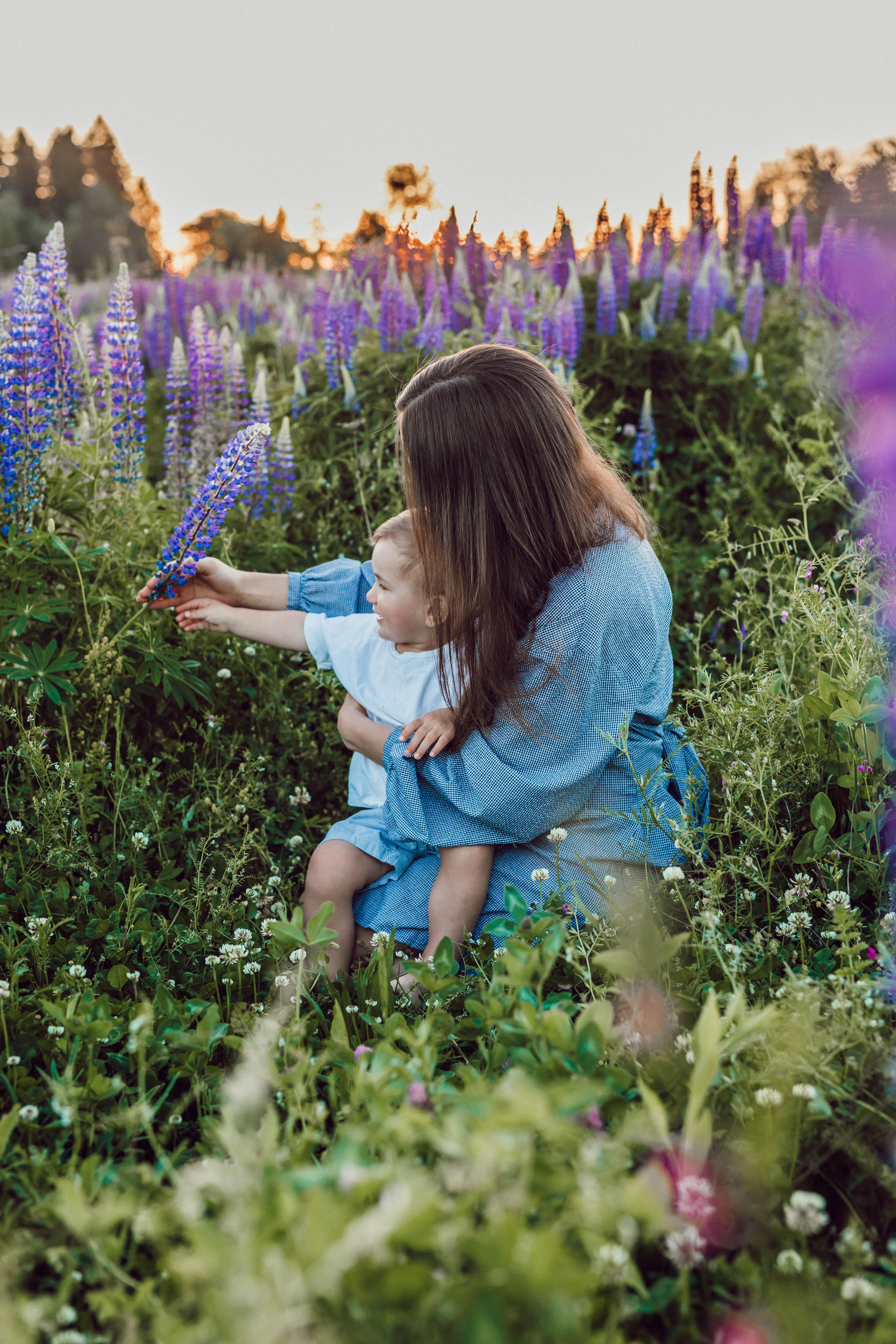 mãe e filho num campo de flores