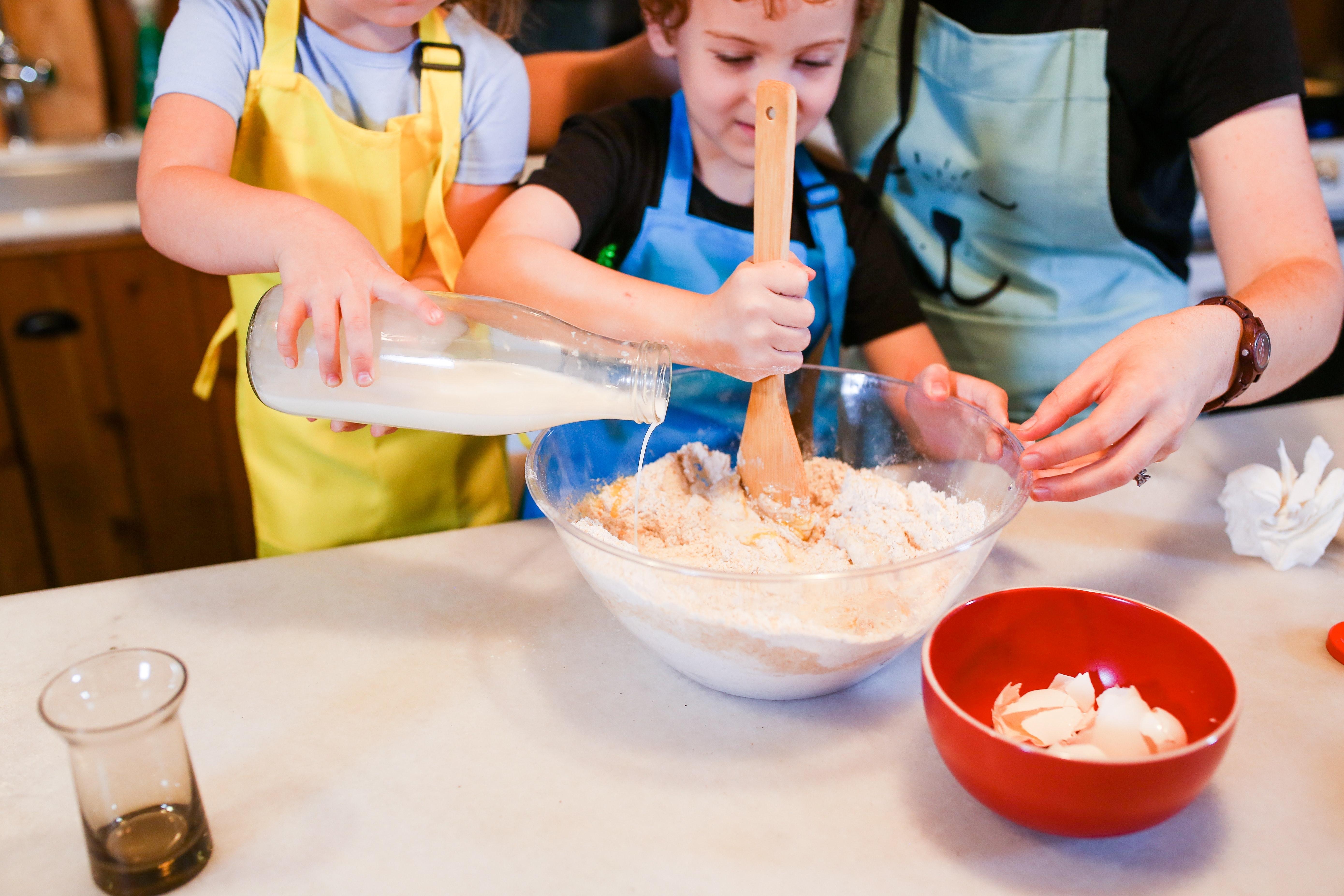 mãe e filhos a confeccionar um bolo