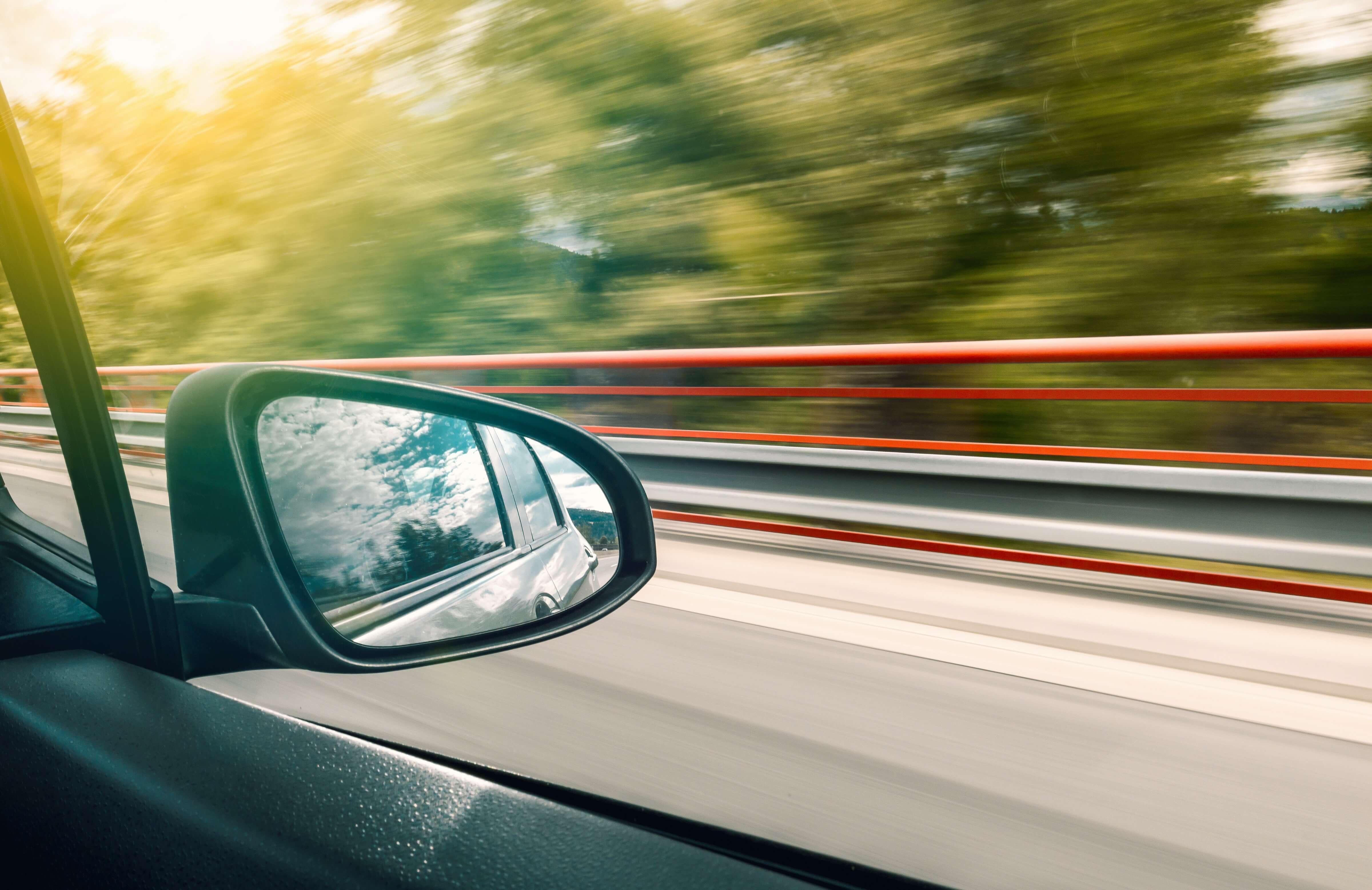 foto tirada de interior de carro em movimento
