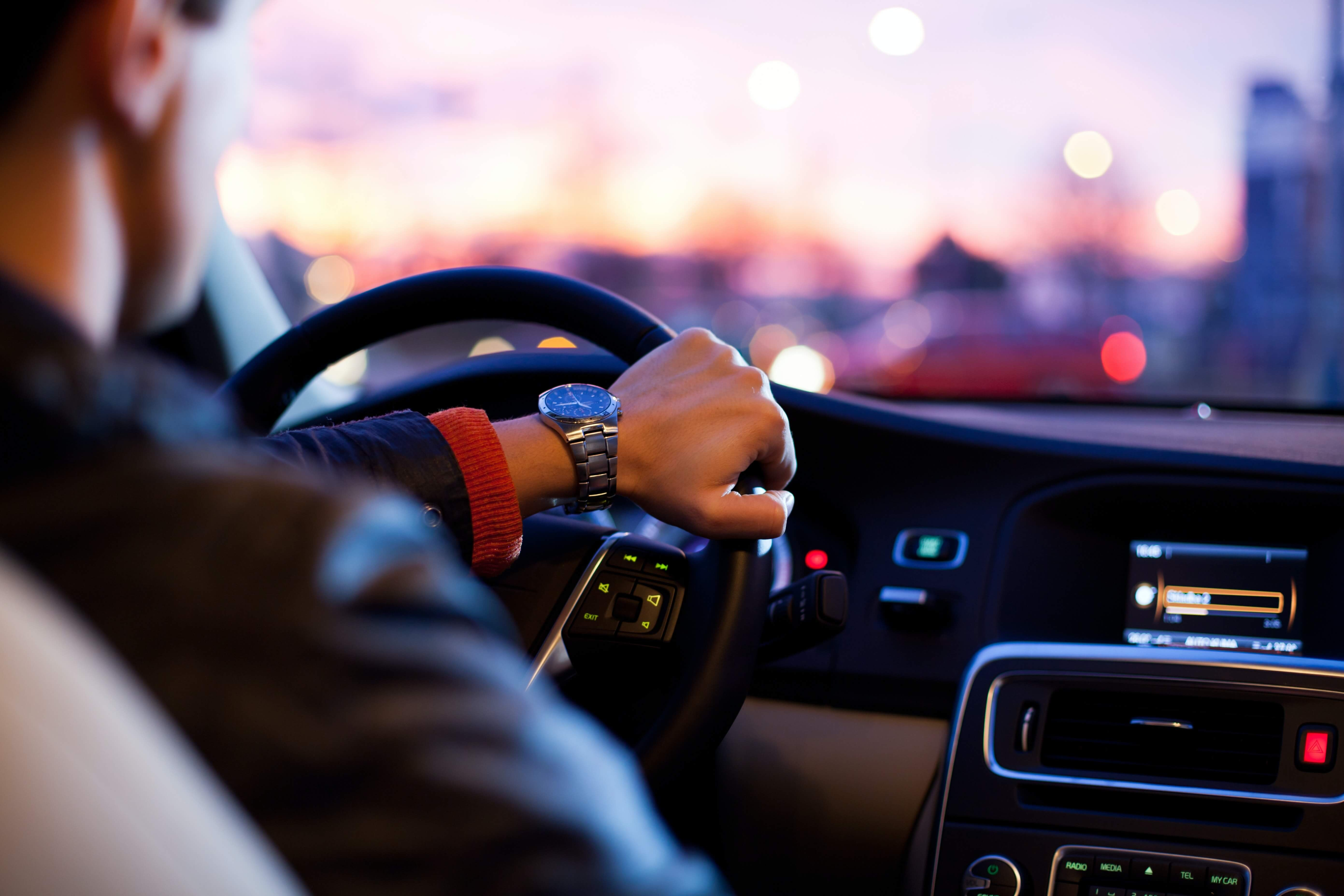 condutor a conduzir um veiculo